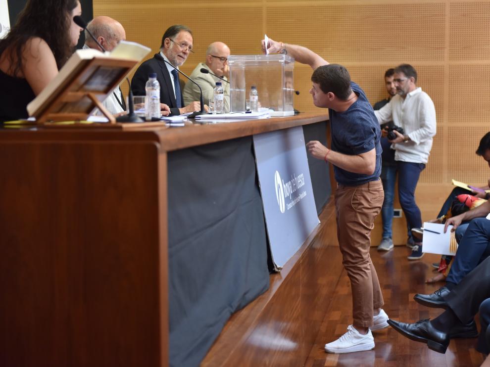 Enrique Novella (Cs), quien probablemente será vicepresidente de la Comarca, deposita su voto para la elección del presidente de la Hoya.