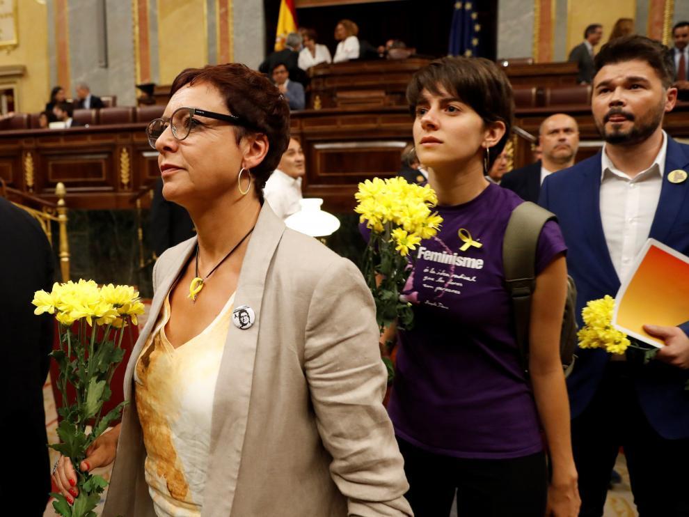 Los diputados de ERC han acudido este lunes al debate de investidura de Pedro Sánchez con ramos de claveles amarillos en recuerdo de los políticos que están en prisión.