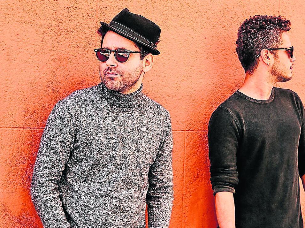 Eduardo Cabra (de gris) y Vicente García (de negro) forman el dúo Trending Tropics.