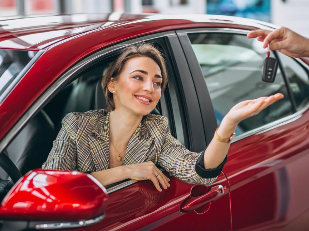 Una mujer recibe las llaves de su vehículo