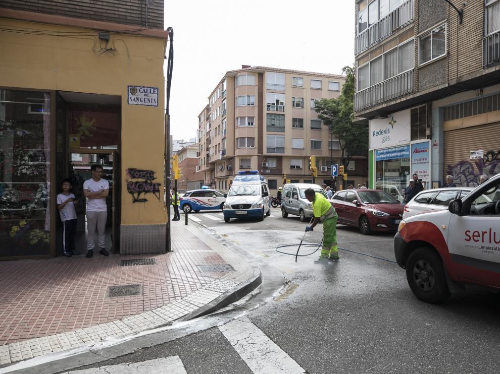 Un operario limpiaba la zona donde se produjo el atropello mortal de la vecina de Las Delicias.