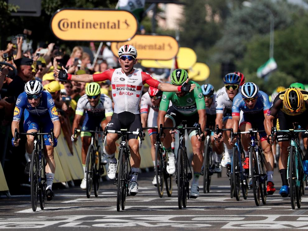 Nimes (France), 23/07/2019.- Australia's Caleb Ewan (3-L) of Lotto Soudal team celebrates winning the 16th stage of the 106th edition of the Tour de France cycling race over 177km around Nimes, France, 23 July 2019. (Ciclismo, Francia) EFE/EPA/GUILLAUME HORCAJUELO Tour de France 2019 - 16th stage