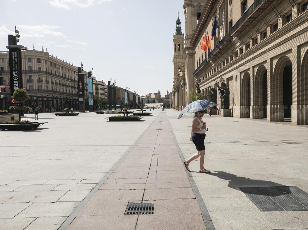 El calor vacía la plaza del Pilar de Zaragoza