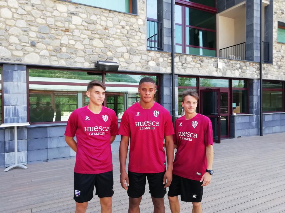 Arnedillo, Carlos Kevin y Abizanda, lo tres canteranos presentes en la concentración del Huesca.