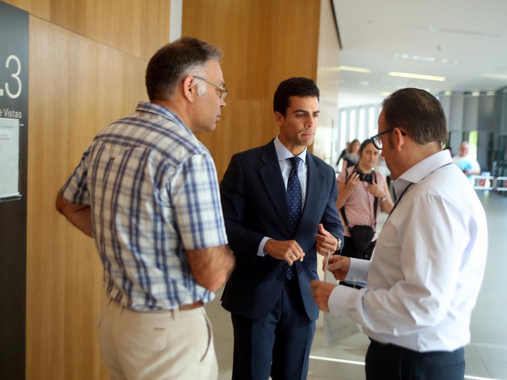 El juez Ángel de Pedro, a la derecha, dialoga con el abogado Juan Gonzalo Ospina, en el centro.
