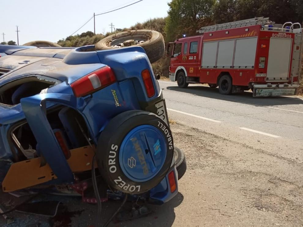 El vehículo ha acabado volcando después de salirse de la vía y chocar contra una arqueta.