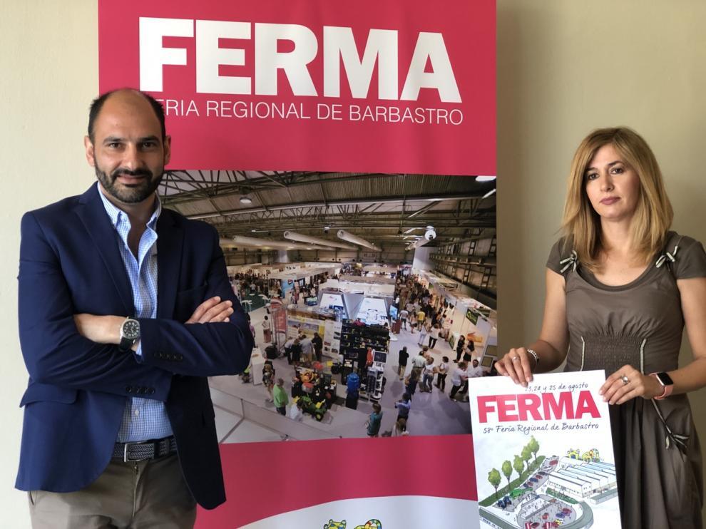 El alcalde Fernando Torres y la concejal de Desarrollo Belinda Pallás con el cartel de Ferma.