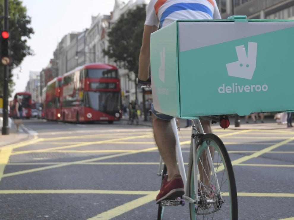 FILE PHOTO: A cyclist delivers food for Deliveroo in London, Britain, September 15, 2016. REUTERS/Toby Melville/File Photo [[[REUTERS VOCENTO]]] DELIVEROO-AMAZON.COM/