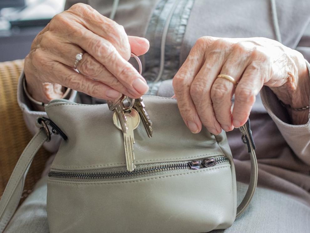 Se trata de un intercambio solidario que permite a los jóvenes residir en el domicilio de personas mayores, beneficiándose mutuamente de la convivencia.
