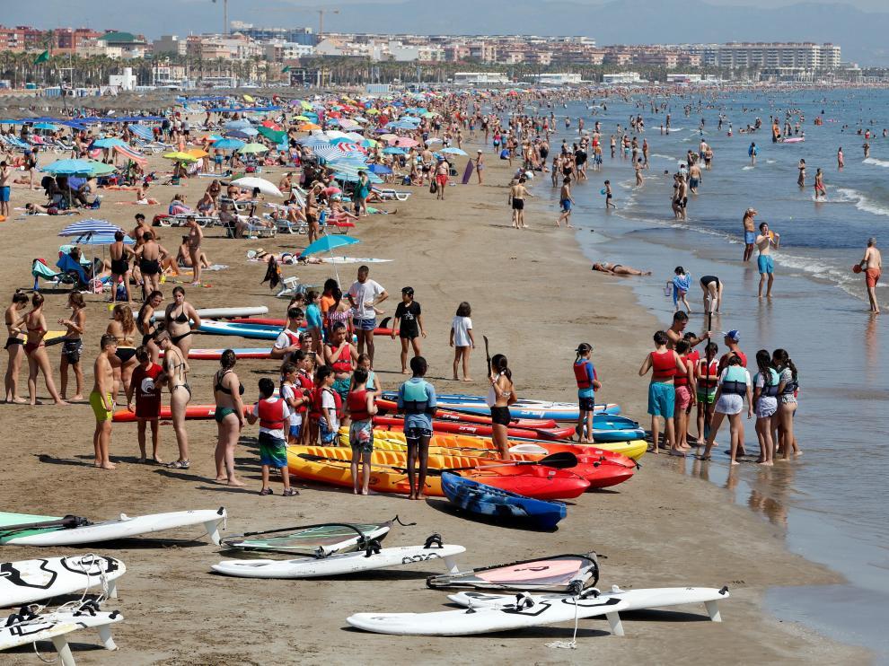 La playa de la Malvarrosa, en Valencia, repleta de turistas.