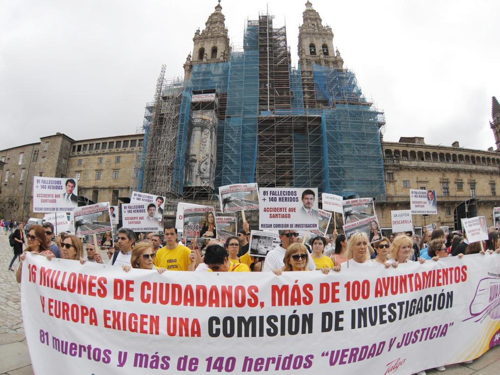 Protesta de las víctimas del accidente del Alvia en Santiago de Compostela hace dos años.