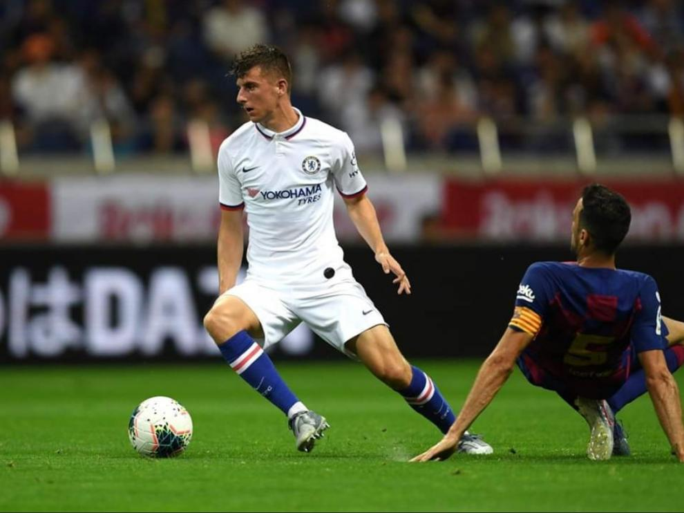 Sergio Busquets pierde el balón ante un jugador del Chelsea