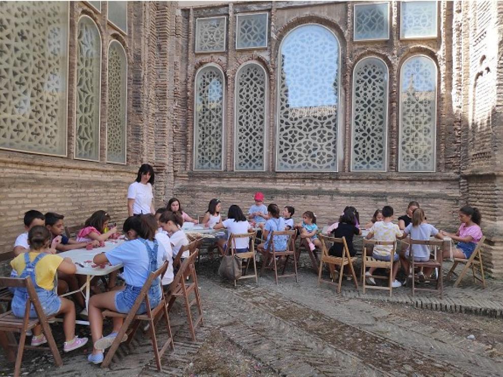 Los niños realizan manualidades y otras actividades en el claustro del templo.