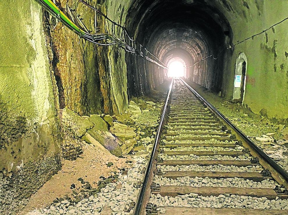 Este túnel está en Calamocha y llama la atención su mal estado, con desprendimientos en las orillas y el cableado sujeto de manera deficiente.