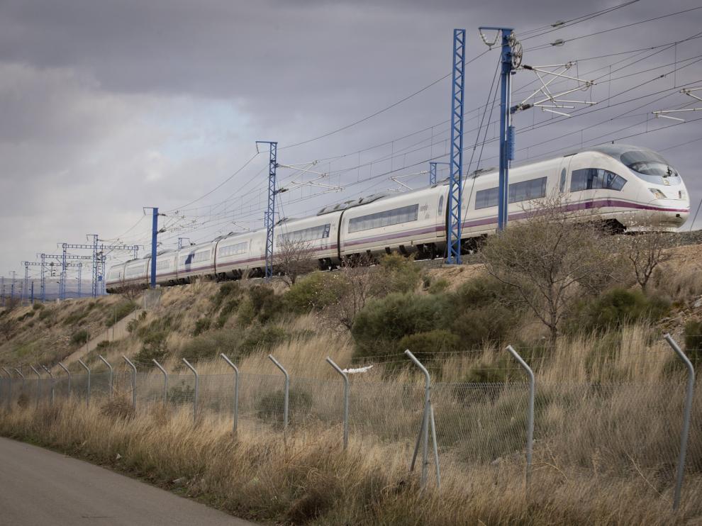 Un tren de alta velocidad Madrid-Barcelona, a su paso por el término municipal de Ricla.