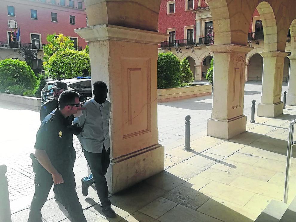 El acusado, en prisión provisional desde el día de los hechos, entrando al juzgado este miércoles.