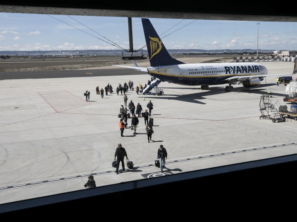Llegada del vuelo a París de Ryanair en el aeropuerto de Zaragoza.