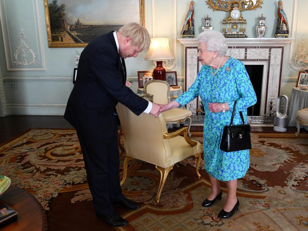 Boris Johnson, nuevo primer ministro del Reino Unido, saluda a la reina Isabel II de Inglaterra.