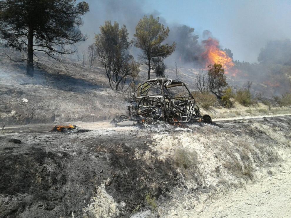 El 'buggy' averiado, tras ser arrasado por las llamas.