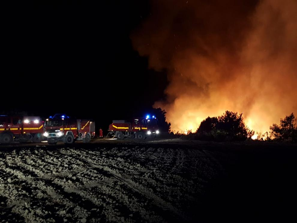 Efectivos de la UME, luchando contra el incendio.