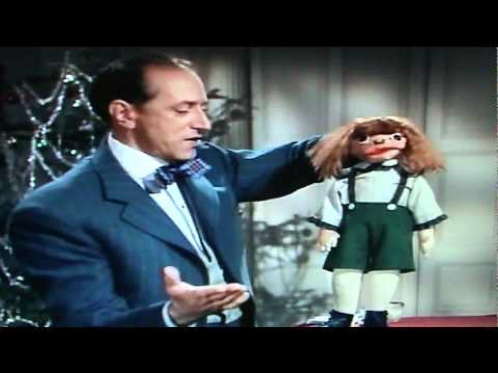El señor Wences, con uno de sus muñecos más famosos, Johnny, hecho con su propio puño.