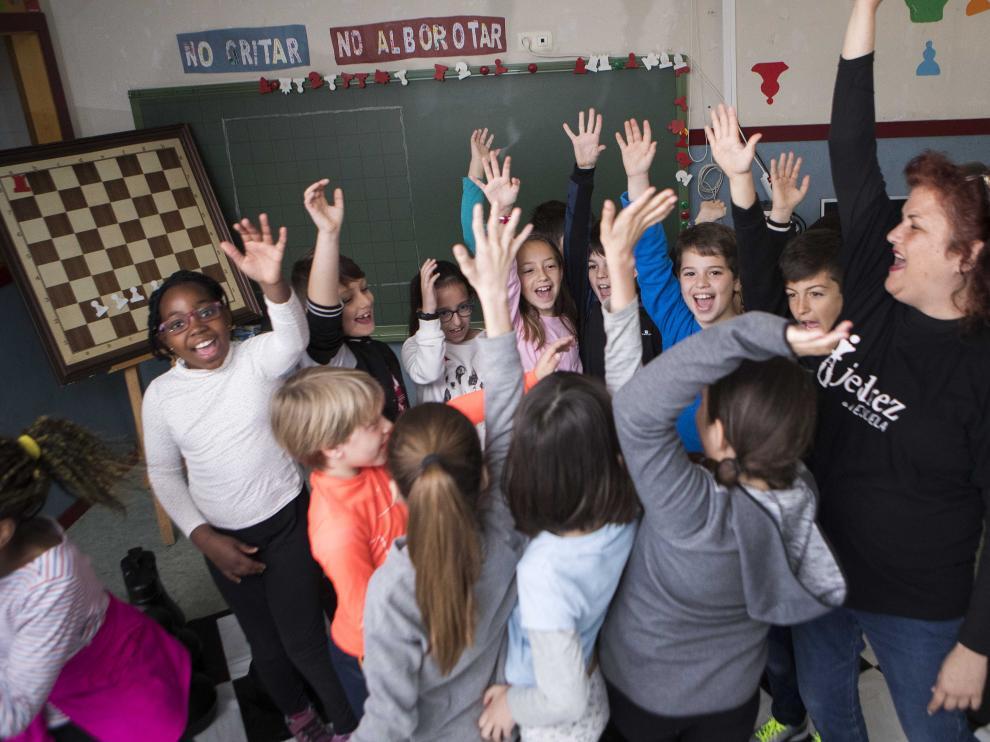En la imagen de archivo, una maestra con sus alumnos en el colegio Zalfonada de Zaragoza.