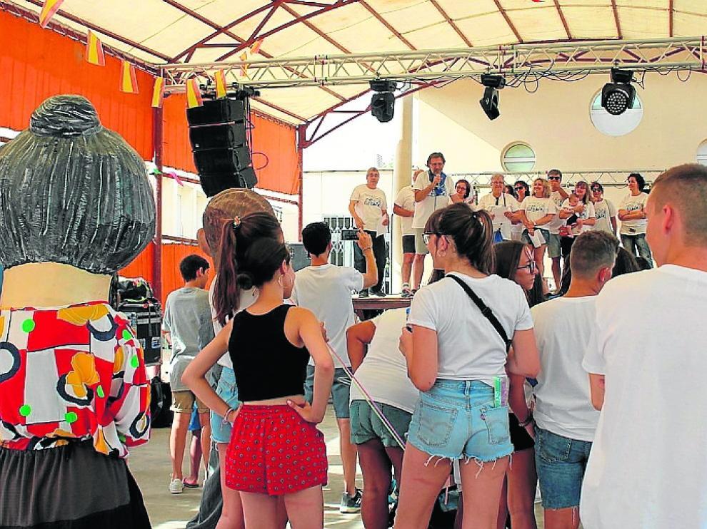 La peña El Tomate leyó el pregón con el que se iniciaron las fiestas.