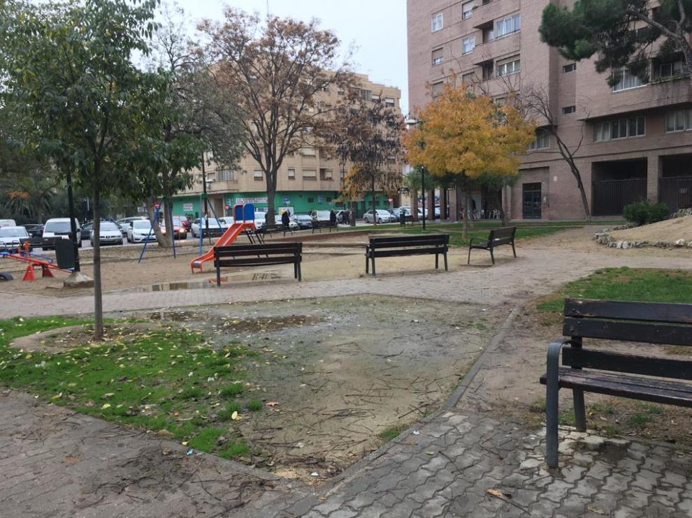 La plaza Reina Sofía, en el barrio de San José de Zaragoza, es una de las zonas verdes peor conservadas del barrio, según la asociación vecinal.