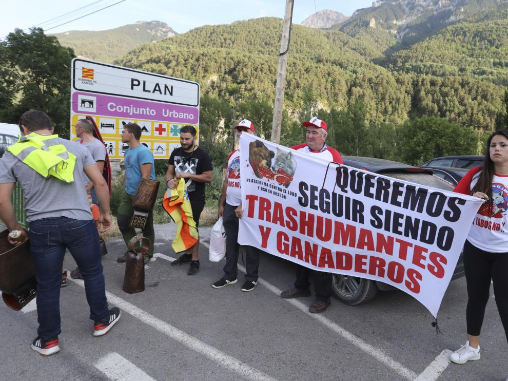 Protesta de los ganaderos de Sobrarbe durante la visita del consejero Olona a Plan la semana pasada.