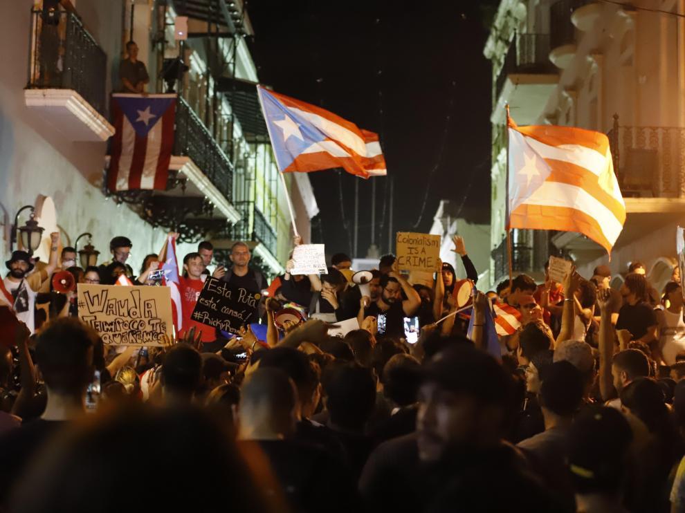 Decenas de personas participan en una protesta este martes en San Juan, Puerto Rico.