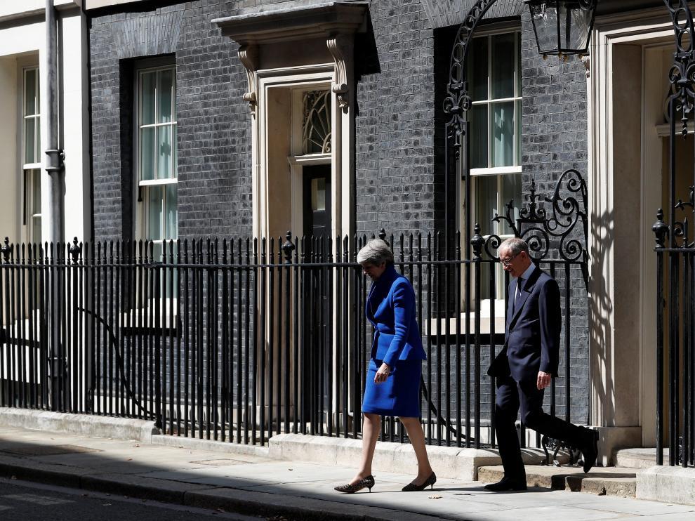Theresa May, acompañada por su marido Philip, en su último día en Downing Street, en Londres.