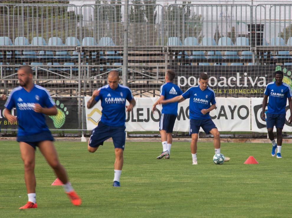Nieto golpea el balón en un entrenamiento del Real Zaragoza.