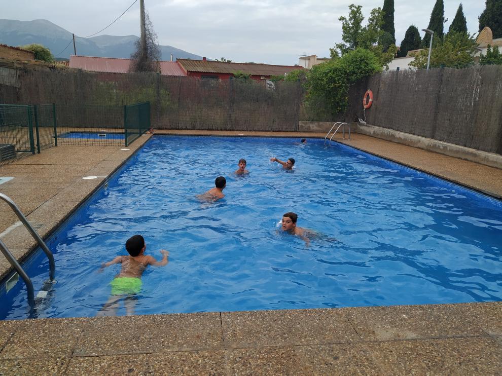 Los niños de la ludoteca visitan todas las semanas las piscinas municipales.