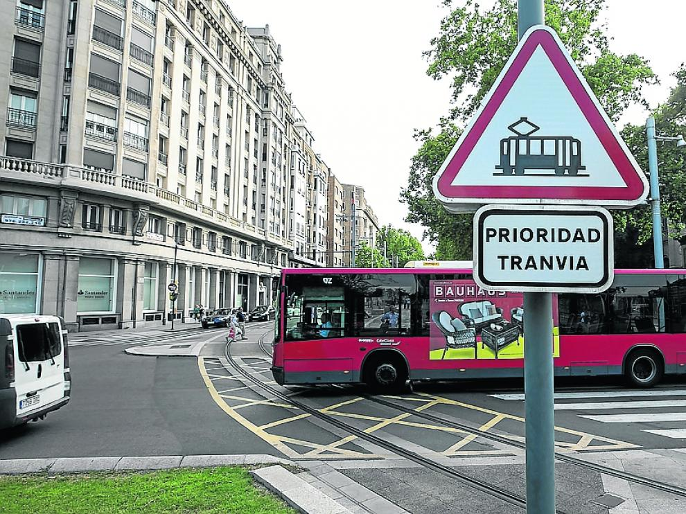 El punto conflictivo de la plaza de Aragón donde se juntan autobuses y el tranvía