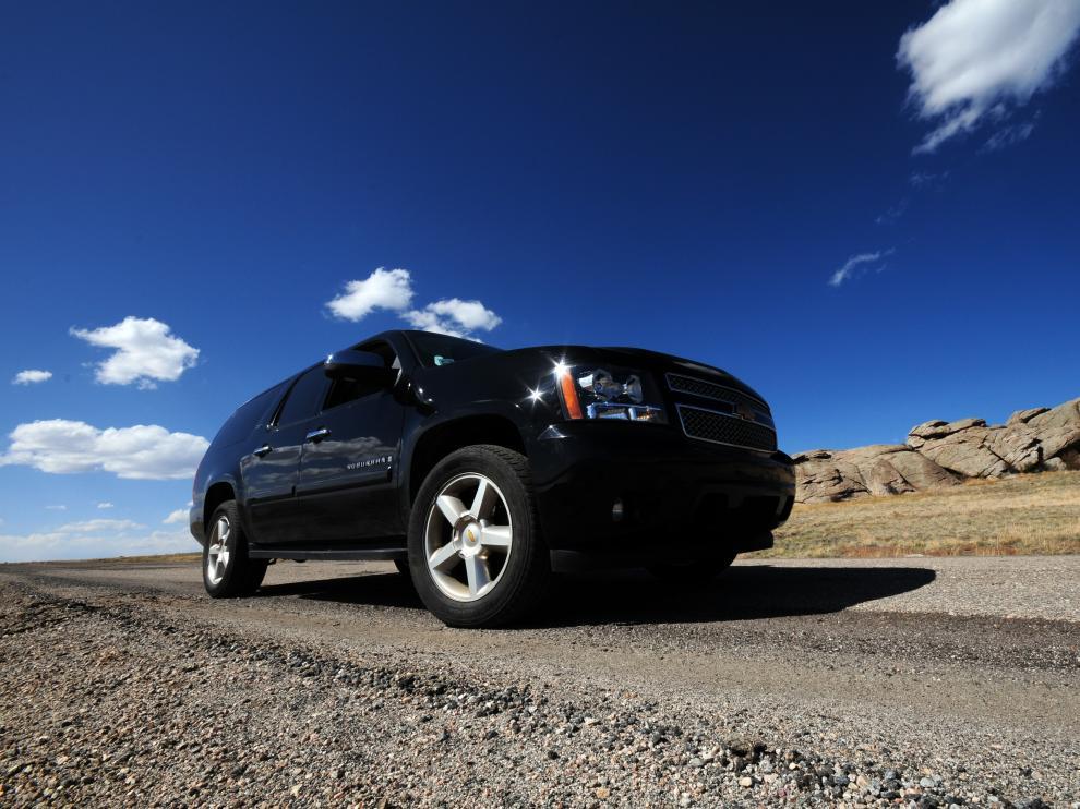 Un SUV genérico en la carretera de Colorado.