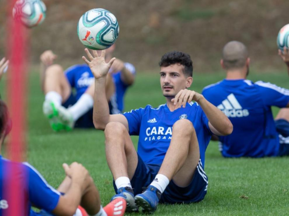 Álex Muñoz, en un entrenamiento con el Real Zaragoza la semana pasada en Boltaña.