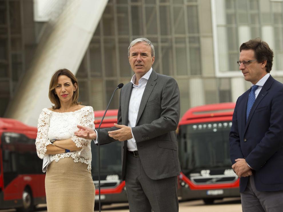 El alcalde de Zaragoza, Jorge Azcón, atendiendo a los medios