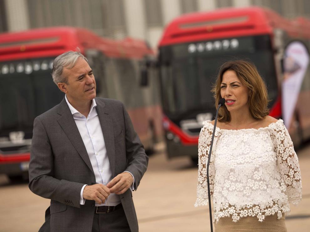 El alcalde, junto a la concejal de Servicios Públicos y Movilidad, Natalia Chueca.