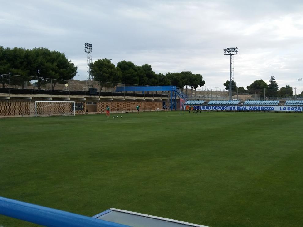 Los jugadores calientan en La Romareda momentos antes del partido entre el Zaragoza y el CDEbro.