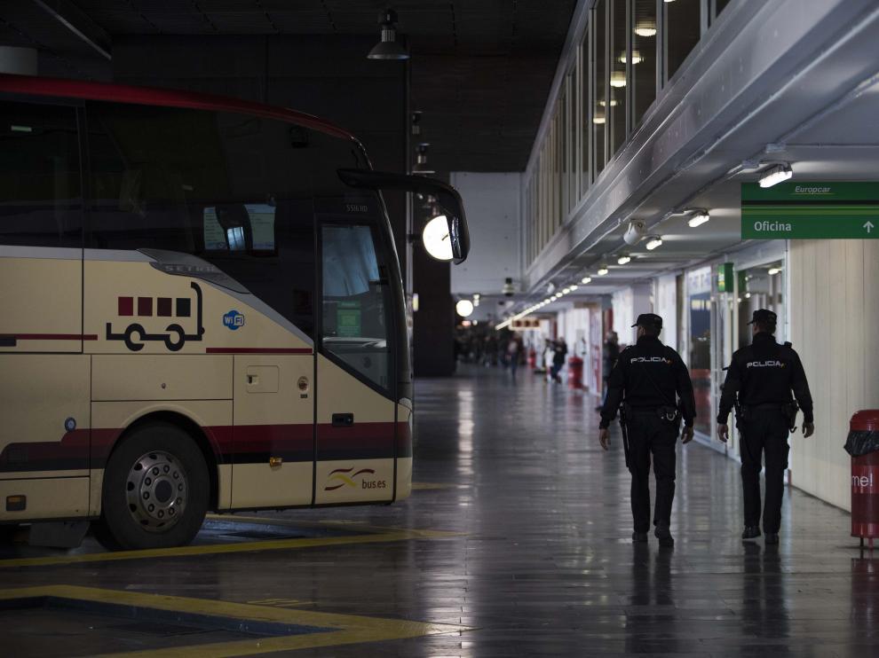 Dos agentes de la Policía Nacional, patrullando por la estación de autobuses de Zaragoza.