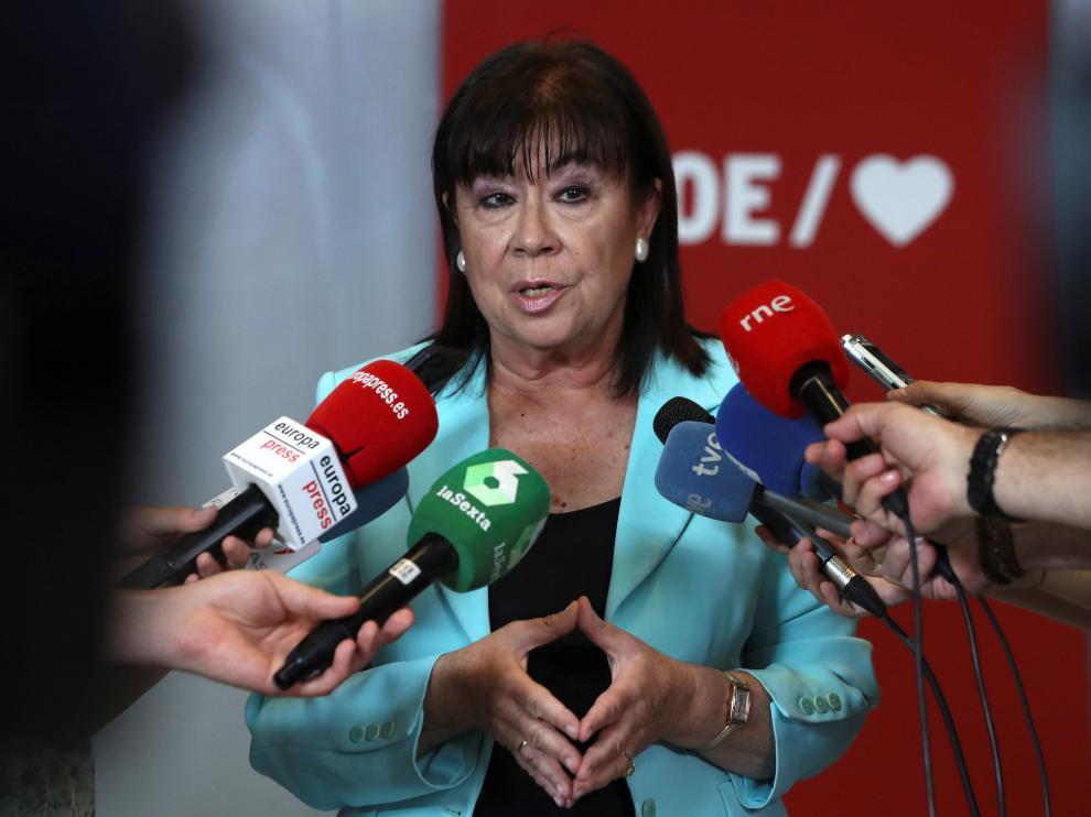 La presidenta del PSOE, Cristina Narbona, atendiendo a los medios esta mañana.