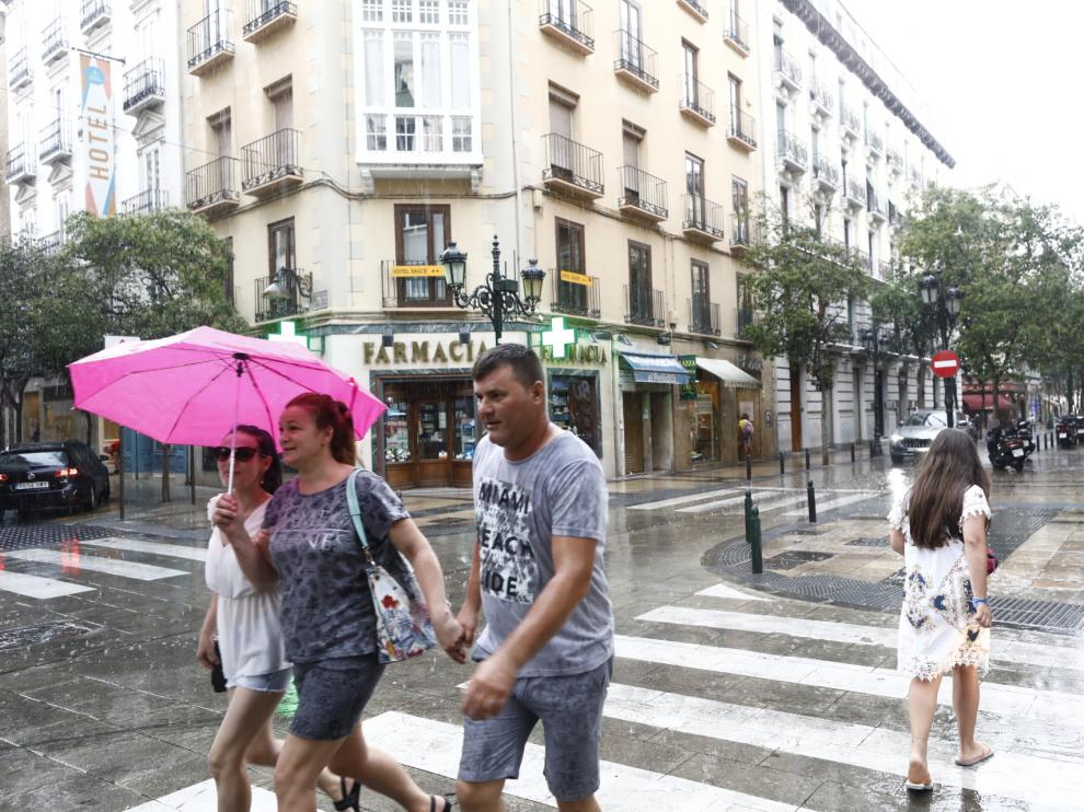 Lluvia en Zaragoza, este viernes por la tarde.