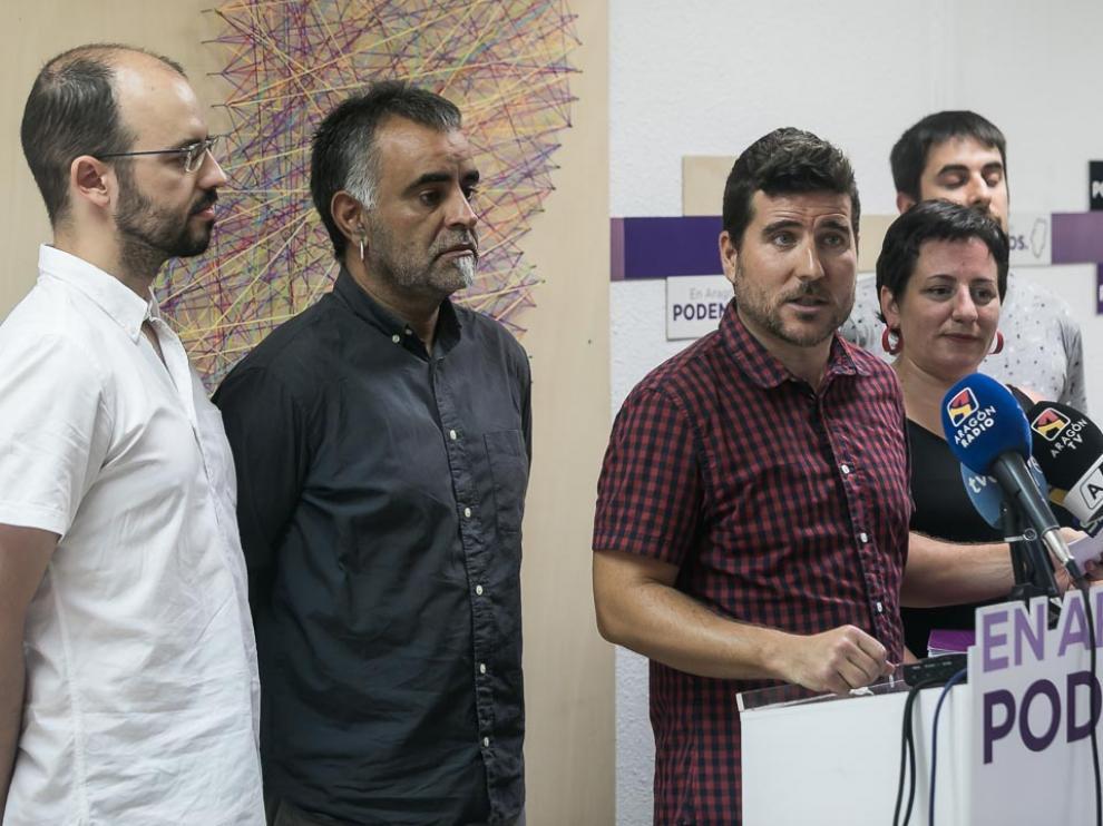 Los integrantes de Podemos-Equo, con Escartín a la cabeza, este sábado en la sede de la formación morada