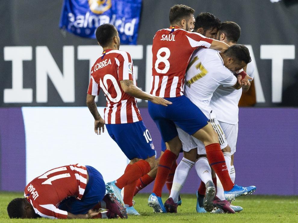 Pelea entre miembros del Real Madrid y del Atlético de Madrid.