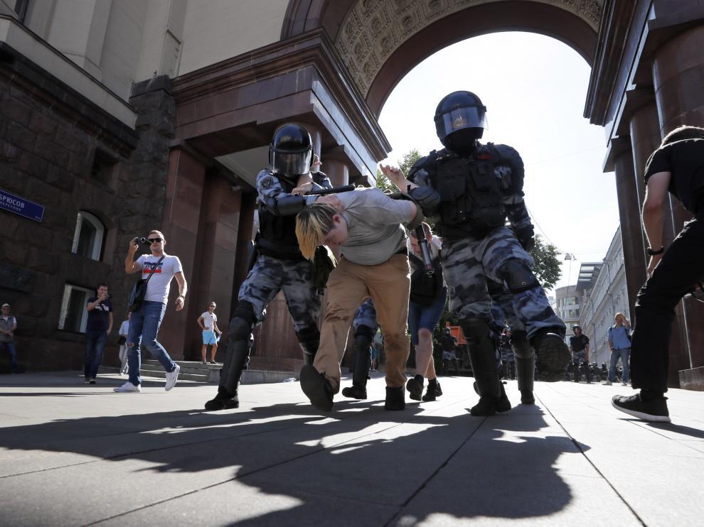 Uno de los detenidos por la Policía en Moscú.