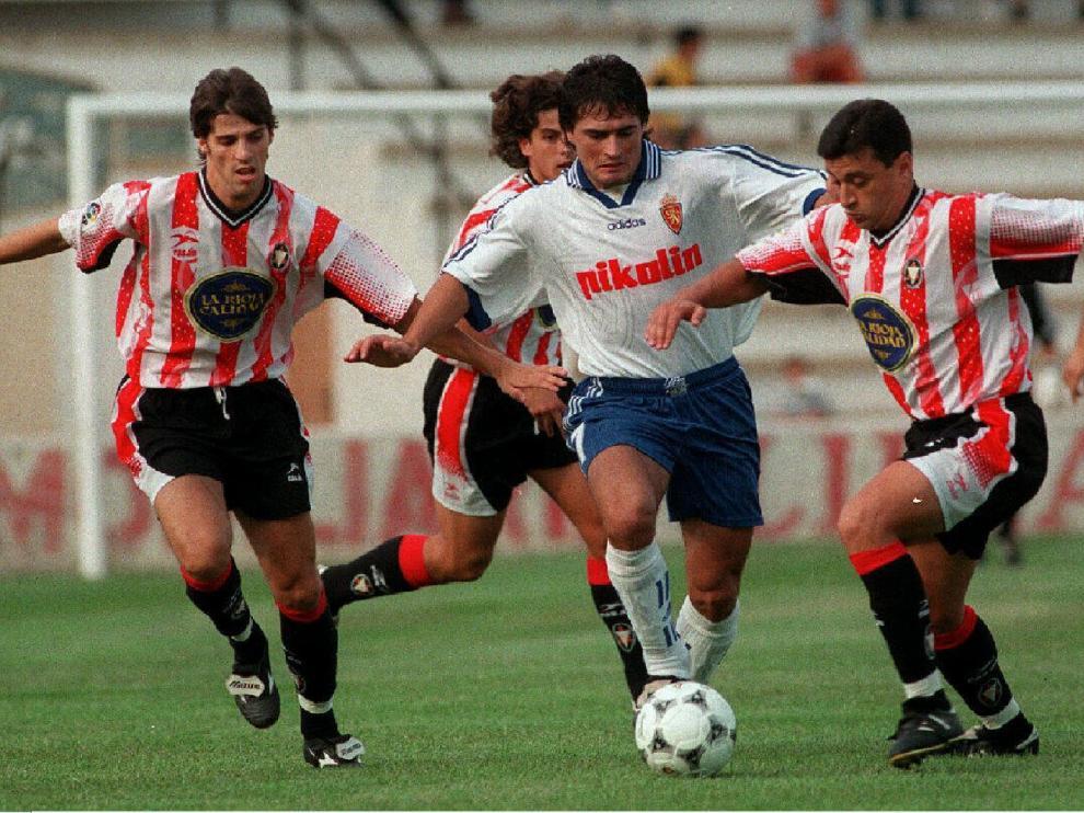 El zaragocista Acuña intenta llevarse el balón ante Nayim (entonces en el Logroñés) y el lateral Ricardo, que también jugó en el filial blanquillo.