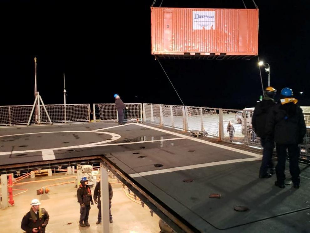 """El buque de la Armada chilena """"Marinero Fuentealba"""" se prepara para salir a contener un derrame de petróleo en el muelle de la Isla Guarello,"""