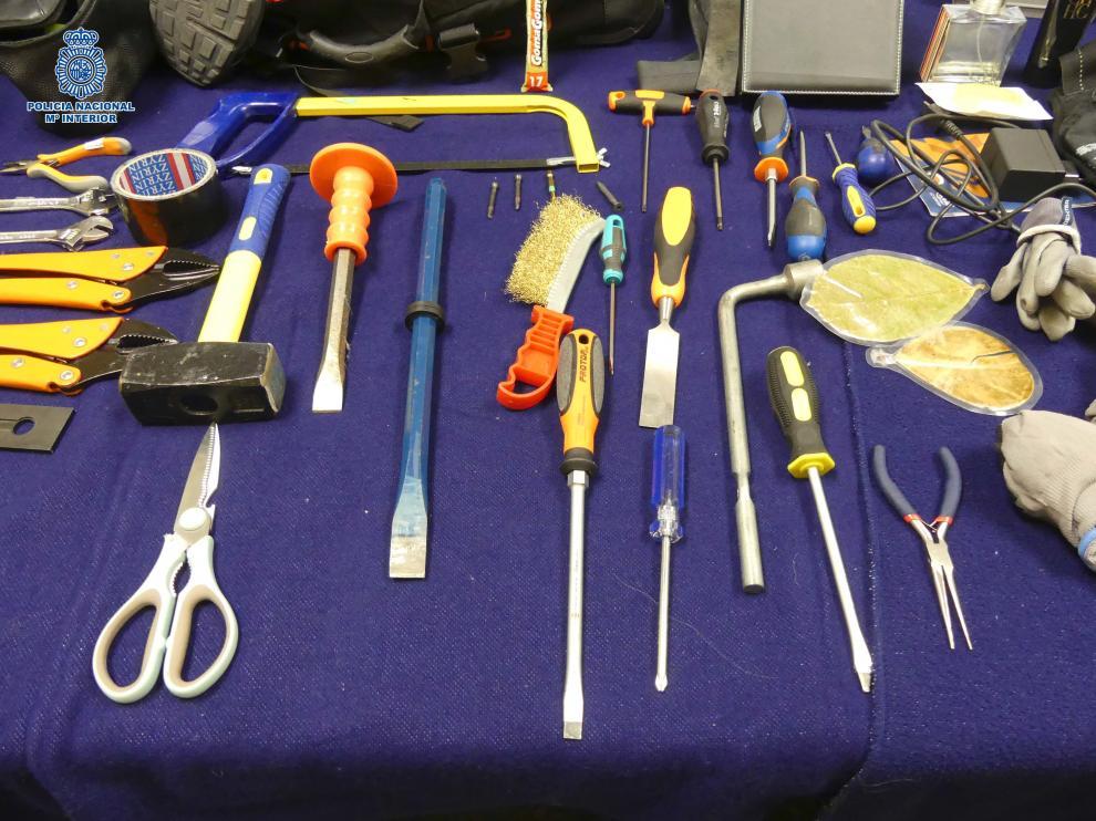 Foto de las herramientas incautadas a los tres detenidos.