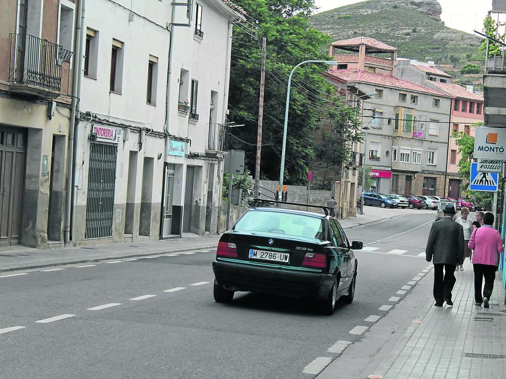 La N-211 discurre entre aceras de menos de un metro de anchura por el casco urbano de Alcorisa.