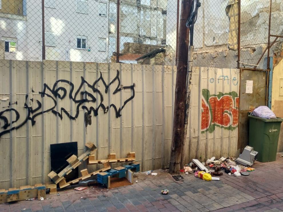 La acumulación de basuras en la vía pública es otro de los problemas que sufren los vecinos de Ramón Pignatelli.